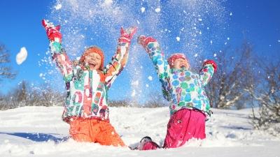 Enfants s'amusant dans la neige